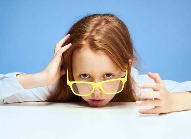 Petite fille enfant écolière à faire ses devoirs assis à une table