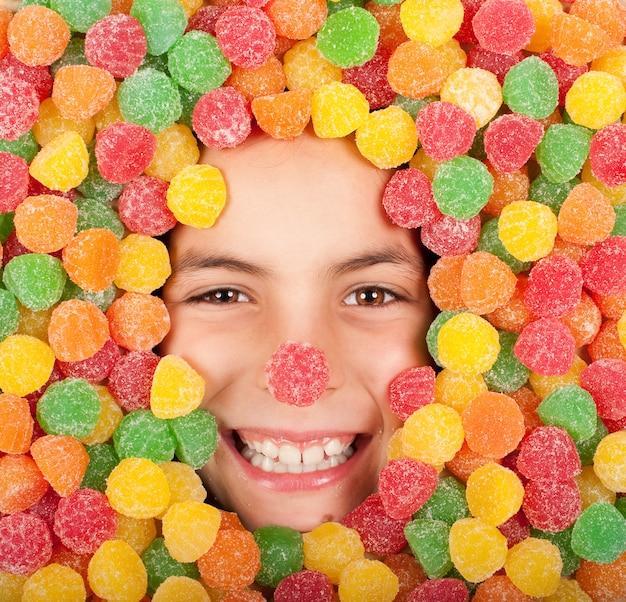 Petite fille enterrée sur des bonbons colorés