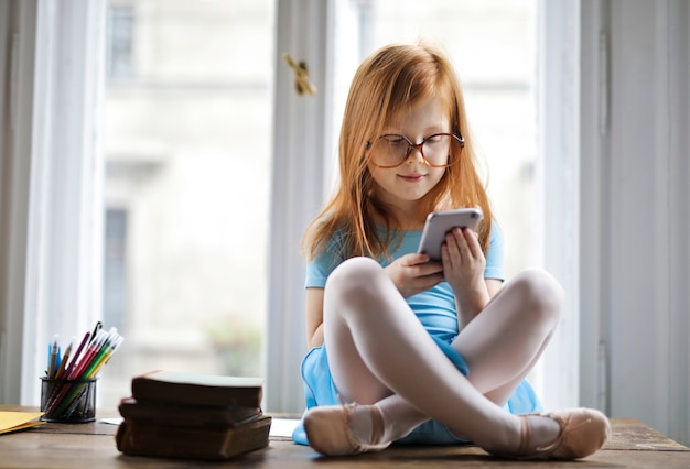 Petite fille à envoyer des sms