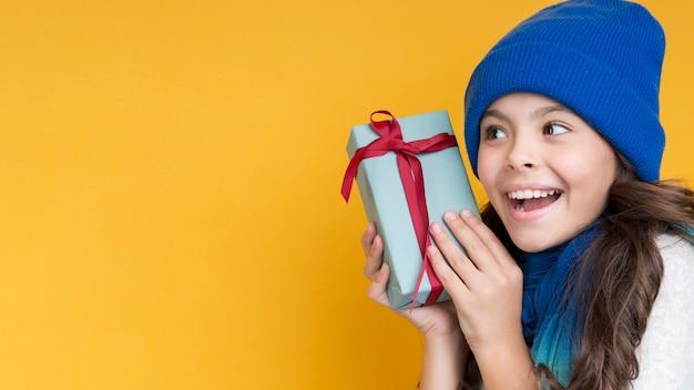 Petite fille avec un espace de copie cadeau