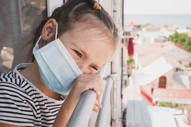 Une petite fille est tombée malade en vacances la jeune fille manque à la maison à cause de la maladie des enfants dans un centre médical...