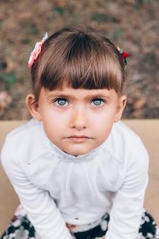 La petite fille est triste