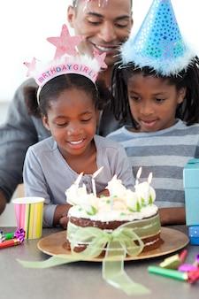 Petite fille ethnique et sa famille célébrant son anniversaire