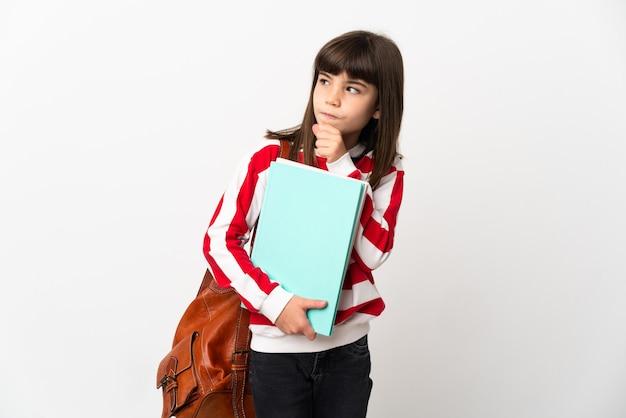 Petite fille étudiante isolée sur fond blanc et levant