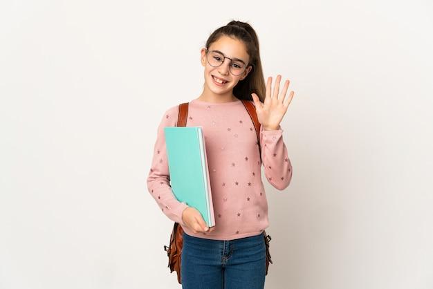 Petite fille étudiante sur mur isolé saluant avec la main avec une expression heureuse