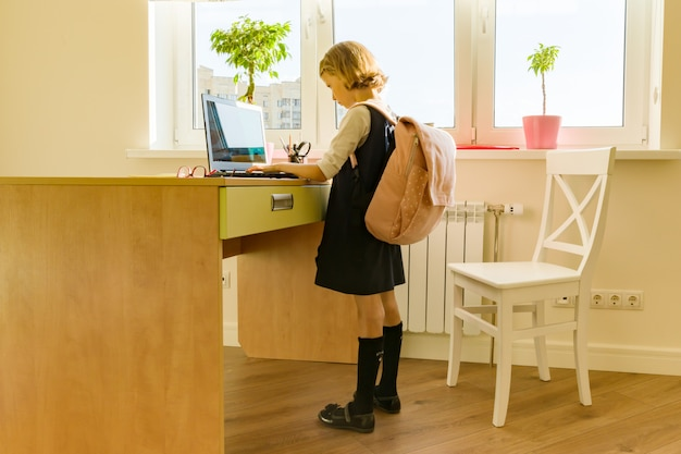 Petite fille étudiante avec uniforme scolaire
