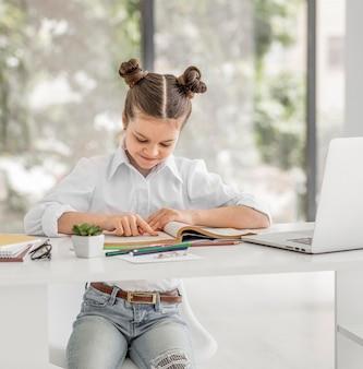Petite fille étudie avant les cours