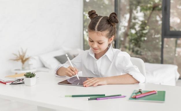 Petite fille étudie à la maison