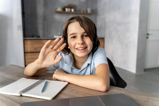 Petite fille étudie sur ordinateur portable