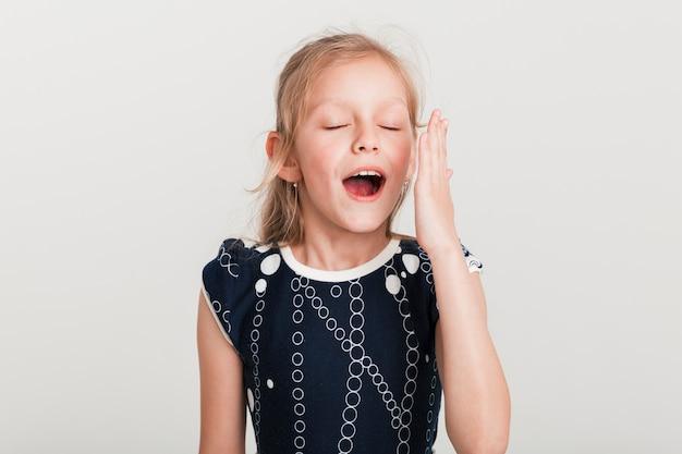 Petite fille avec une expression fatiguée