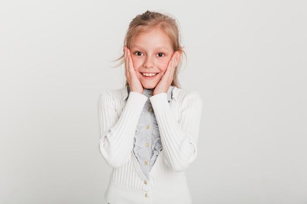 Petite fille avec une expression surprise