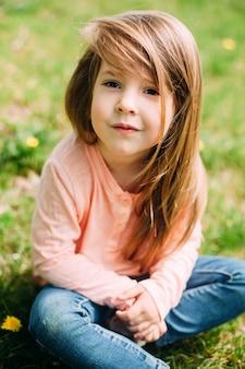 Petite fille à l'extérieur avec de longs cheveux