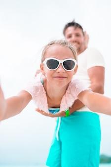 Petite fille à l'extérieur pendant les vacances d'été