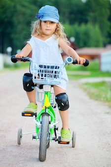 Petite fille faire du vélo, heure d'été