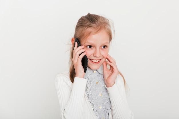 Petite fille faisant un appel téléphonique