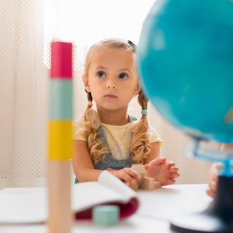 Petite fille en faisant attention en classe