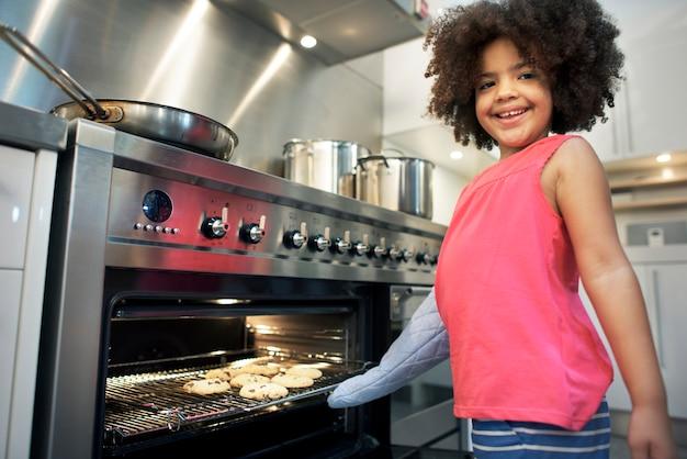 Petite fille faisant des biscuits