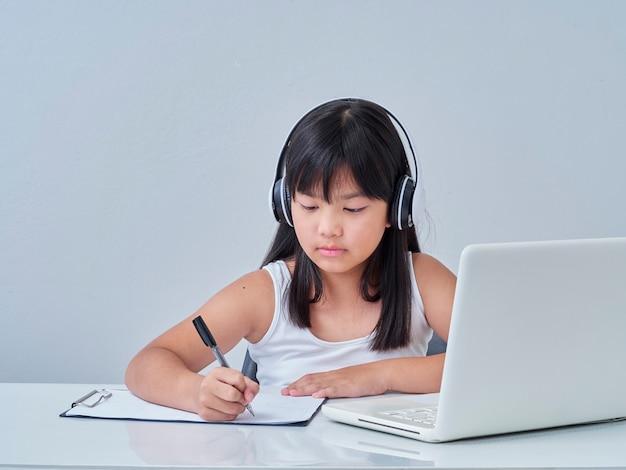Petite fille faisant des cours en ligne
