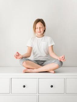 Petite fille faisant du yoga