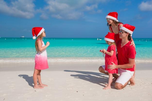 Petite fille faisant des photos sur le téléphone de sa famille à la plage