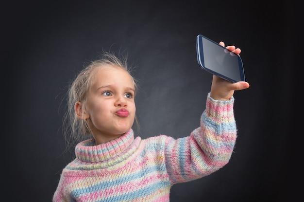 Petite fille faisant selfie