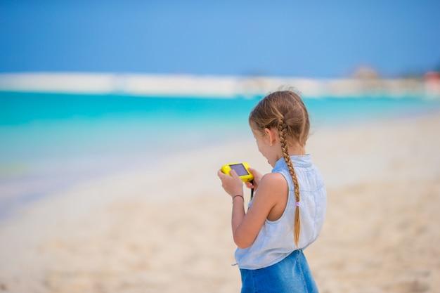 Petite fille faisant une vidéo ou une photo avec sa caméra