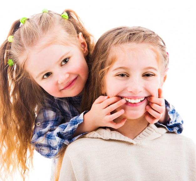 Petite fille fait sourire sa sœur aînée