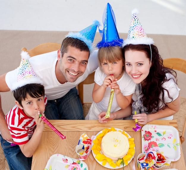 Petite fille fête son anniversaire avec sa famille