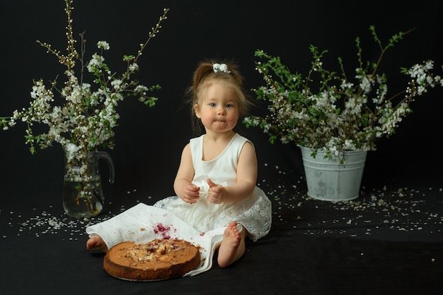 Petite fille fête son premier anniversaire. fille mangeant son premier gâteau.