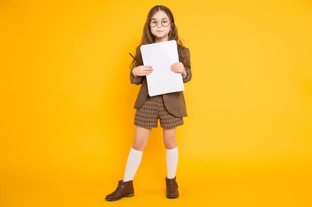 Petite fille avec une feuille de papier