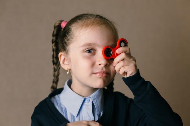 Petite fille avec fidget spinner a tenu ses yeux
