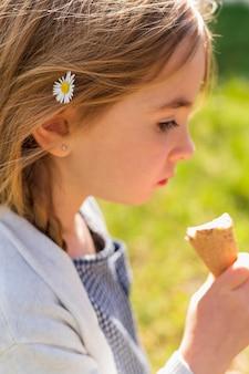 Petite fille, à, fleur, dans, cheveux