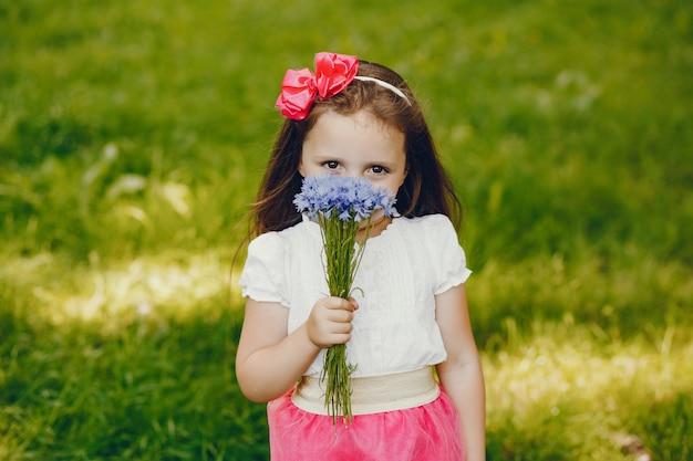 Petite fille avec des fleurs