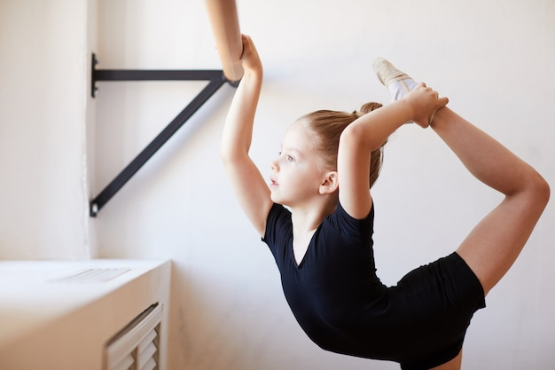 Petite fille flexible