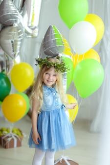 Petite fille sur fond de ballons de gel coloré