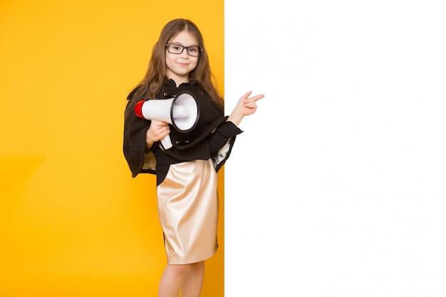 Petite fille avec fond blanc fond et haut-parleur