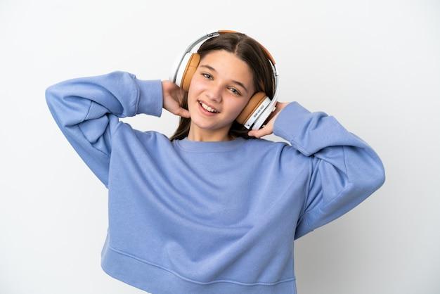 Petite fille sur fond blanc isolé, écouter de la musique