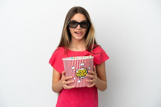 Petite fille sur fond blanc isolé avec des lunettes 3d et tenant un grand seau de pop-corn