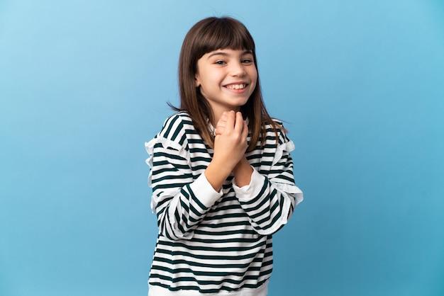 Petite fille sur fond isolé en riant