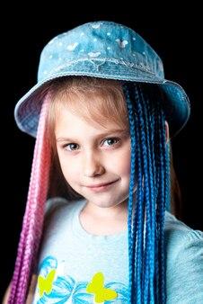 Petite fille sur fond noir avec des bandes élastiques afro bleues et roses tresses sur une bande élastique ...