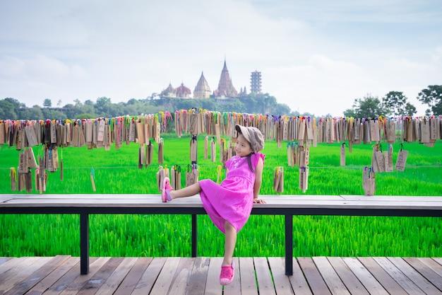 Petite fille avec fond de temple