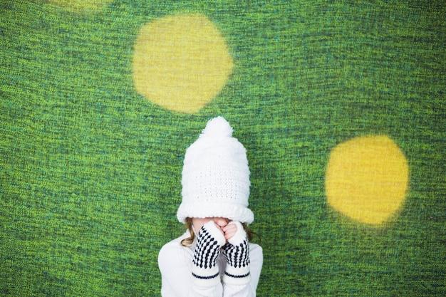 Petite fille sur fond vert et jaune