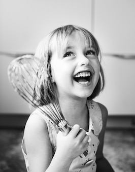 Petite fille avec un fouet