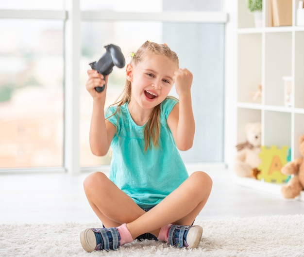 Petite fille gagnant au jeu vidéo