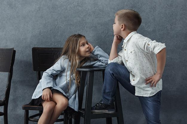 Petite fille et un garçon sur gris