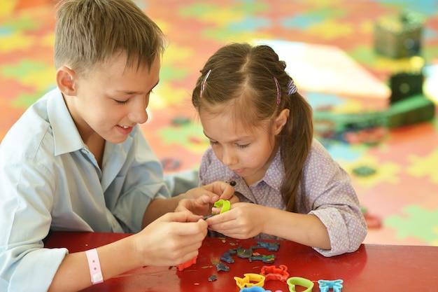 Petite fille avec garçon jouant à la maison