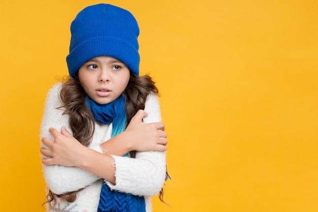 Petite fille gelant en saison d'hiver