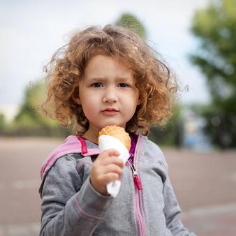 Petite fille, à, glace, dans parc