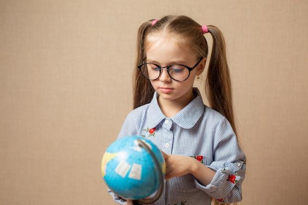 Petite fille avec globe. concept de l'éducation