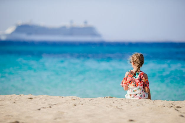 Petite fille sur le grand paquebot de fond de plage